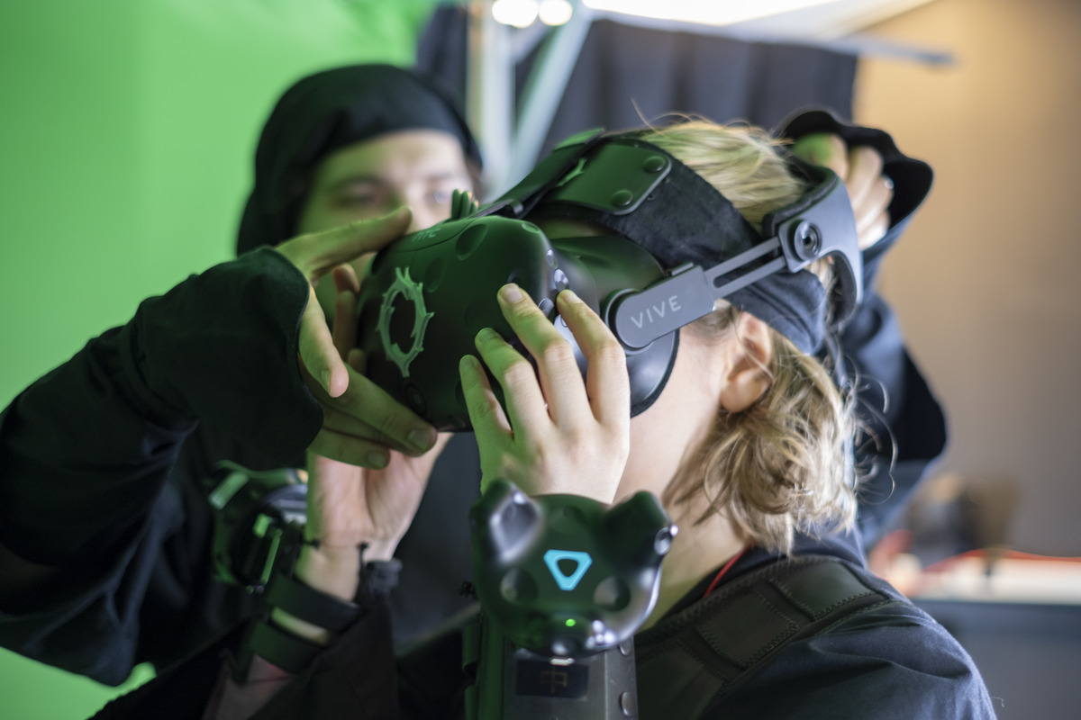 Put the VR goggles on and start the game!