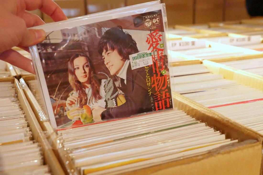 以前的唱片封面和现在的完全不一样,很有感觉!
