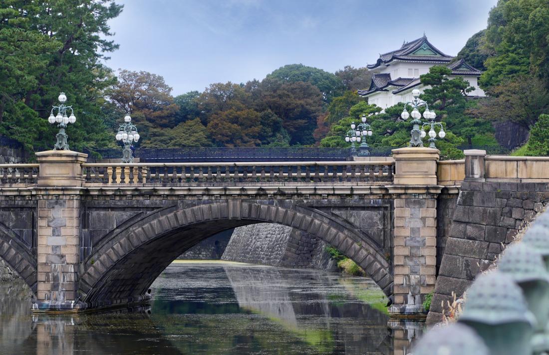 二重橋是皇居最有名的景點。一般被大眾認為是護城河上的兩座橋總稱為「二重橋」,但其實是位於後面的雙層構造的鐵橋叫做「二重橋」。
