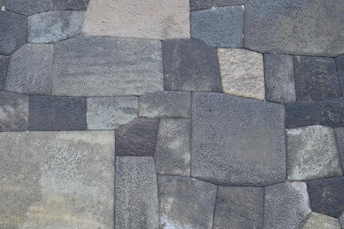皇居的周圍有護城河和石牆。根據場所和時代的不同,石牆的建造方式也不同,令人感到歷史的長久。