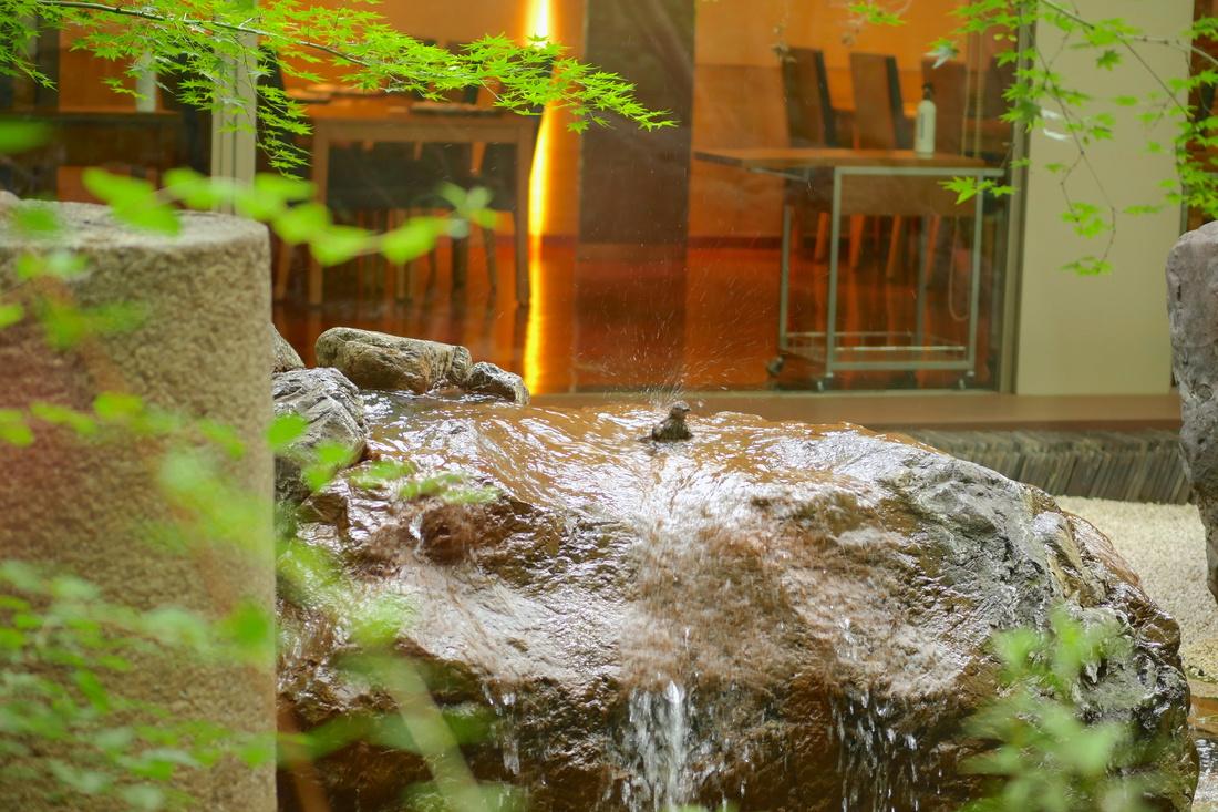정원에 있는 돌은 실은 다리의 기초돌과 신사의 도리이의 일부입니다.