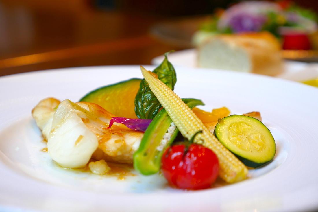 메인 요리의 참돔과 각양각색의 제철 야채. 세부에 정성을 담아 일본답고 아름답습니다!