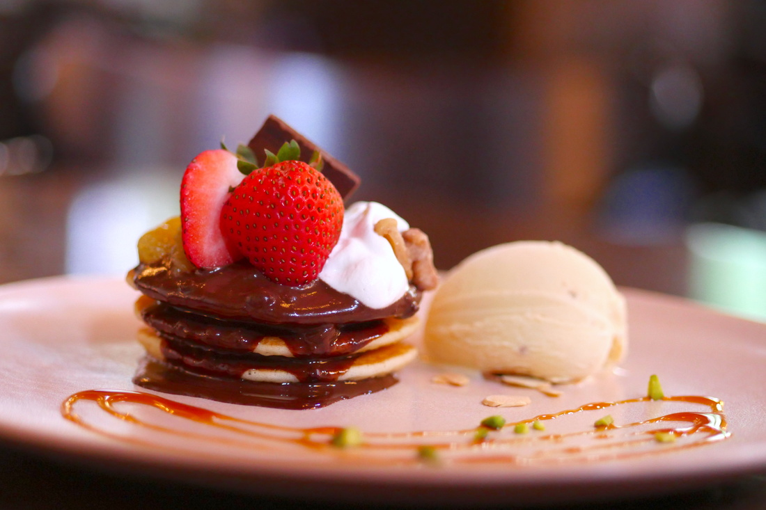 搭配草莓生巧的烤薄餅,以及朗姆葡萄乾冰淇淋,是大人們的首選!