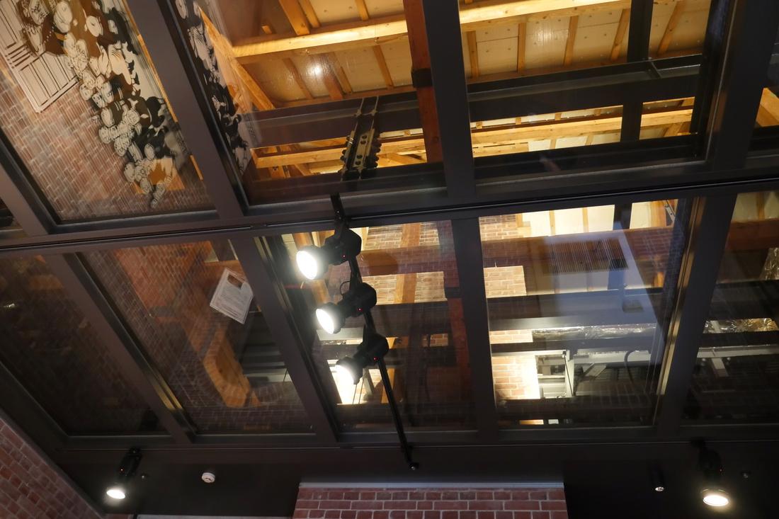 防災用的玻璃天花板。