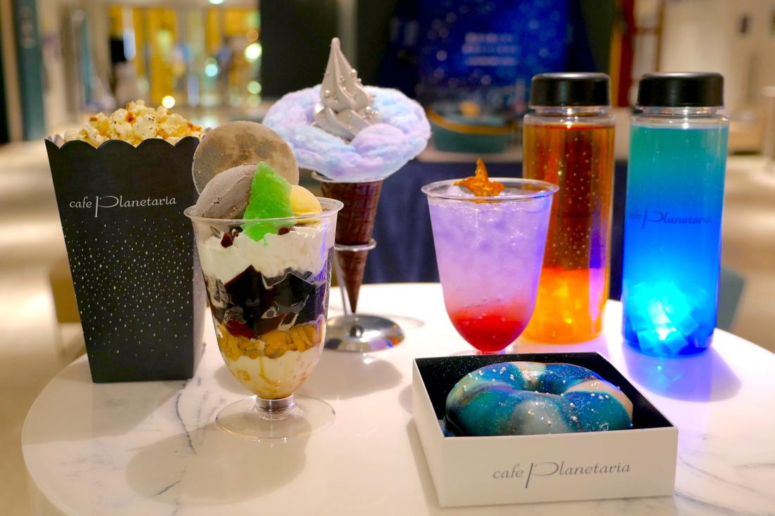 빛나는 병의 음료, 은하를 이미지한 도넛, 달이 떠있는 커피 젤리 파르페, 솜사탕  소프트 크림 등 많은 멋진 메뉴가 있습니다!