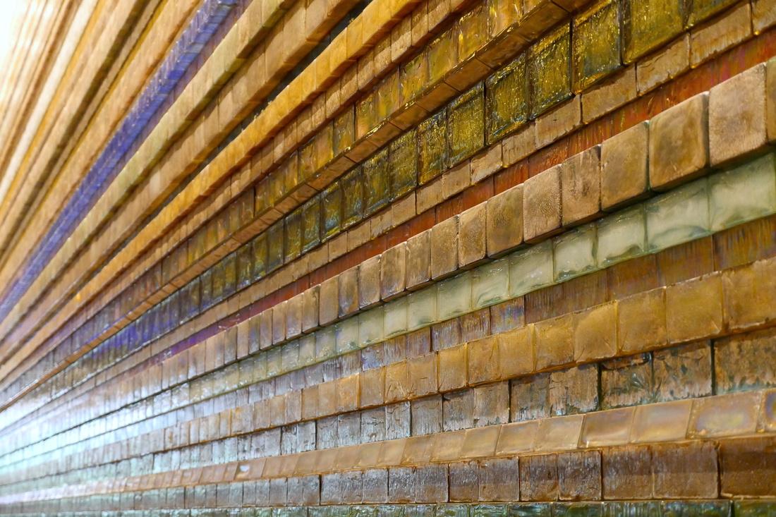 高8米,寬25米的《光之壁》是一個傑作!使用了大約7,600枚經過化學處理過的玻璃塊。具有60多種顏色。