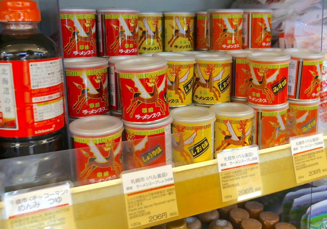 小罐子里装的是用于制作拉面汤的调味粉。
