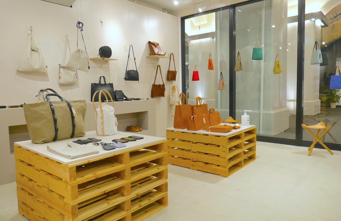 店內展示有各種樣式和大小的包包。